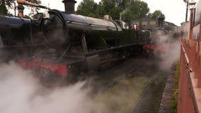Tren del vapor que sale de la yarda A metrajes