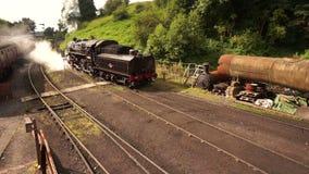 Tren del vapor que sale de la yarda B almacen de metraje de vídeo