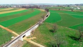 Tren del vapor que sopla a lo largo de las tierras de labrantío de Amish por el abejón