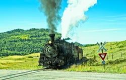 Tren del vintage en una travesía de ferrocarril fotografía de archivo libre de regalías