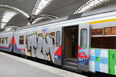Tren destrozado con la pintada Imágenes de archivo libres de regalías