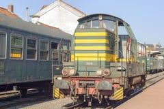 Tren eléctrico del viejo vintage en los carriles Imagen de archivo libre de regalías