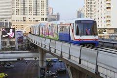 Tren eléctrico en los carriles elevados en Bangkok Imagen de archivo