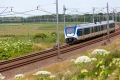 Tren eléctrico holandés en el campo Foto de archivo libre de regalías