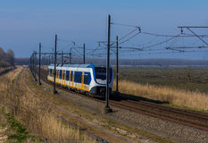 Tren eléctrico holandés en el paisaje Imagen de archivo