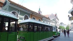 Tren eléctrico para los turistas que pasan en las calles de la ciudad de Ljubljana la ciudad capital y más grande de Eslovenia metrajes