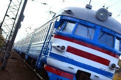 Tren eléctrico soviético viejo con el diseño anticuado que se mueve por el carril imagenes de archivo
