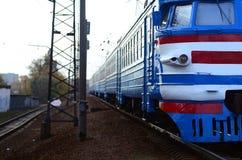 Tren eléctrico soviético viejo con el diseño anticuado que se mueve por el carril fotos de archivo libres de regalías