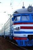Tren eléctrico soviético viejo con el diseño anticuado que se mueve por el carril foto de archivo