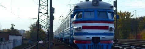 Tren eléctrico soviético viejo con el diseño anticuado que se mueve por el carril fotografía de archivo