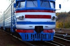 Tren eléctrico soviético viejo con el diseño anticuado que se mueve por el carril imagen de archivo libre de regalías