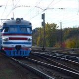 Tren eléctrico soviético viejo con el diseño anticuado que se mueve por el carril imagen de archivo