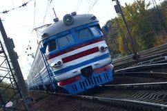 Tren eléctrico soviético viejo con el diseño anticuado que se mueve por el carril imágenes de archivo libres de regalías