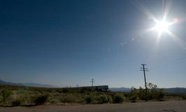 Tren en el desierto de Mojavi fotos de archivo