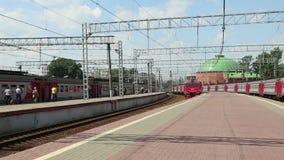 Tren en el ferrocarril de Leningradsky-- es uno de los nueve ferrocarriles principales de Moscú, Rusia almacen de metraje de vídeo