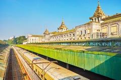 Tren en el ferrocarril de Rangún, Myanmar imagen de archivo libre de regalías