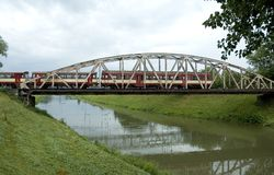 Tren en el puente imágenes de archivo libres de regalías