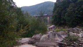 Tren en el puente en las montañas almacen de metraje de vídeo