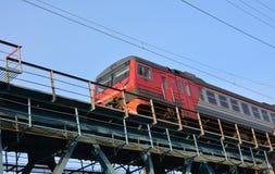 Tren en el puente ferroviario Imagen de archivo libre de regalías