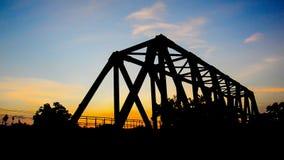 Tren en el puente ferroviario almacen de video