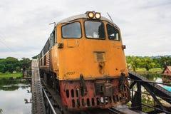 Tren en el puente ferroviario de la muerte Imágenes de archivo libres de regalías