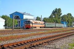 Tren en estaciones Imágenes de archivo libres de regalías