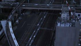 Tren en ferrocarril en la ciudad almacen de metraje de vídeo