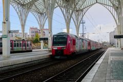 Tren en ferrocarril en la estación de Oriente, Lisboa - Portugal foto de archivo