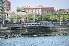 Tren en la estación Catania Centrale Imagenes de archivo