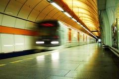 Tren en la estación de metro imagenes de archivo