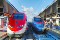 Tren en la estación de Santa Lucia en Venecia Foto de archivo