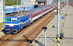Tren en la estación de tren Fotos de archivo libres de regalías