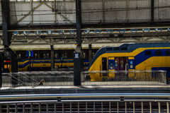 Tren en la estación central en Países Bajos de Amsterdam Foto de archivo libre de regalías