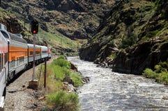 Tren en la garganta del río Imagen de archivo libre de regalías