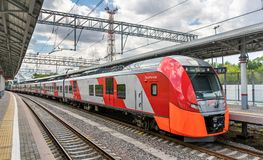 Tren en la línea central del círculo de Moscú Abierto en 2016, se convirtió en la 14ta línea del sistema de transporte del rapid  Foto de archivo libre de regalías