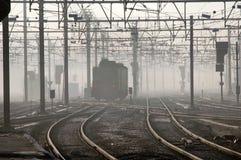 Tren en la niebla en Brugges, Bélgica de la madrugada Foto de archivo