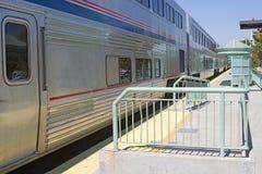Tren en la parada de la estación Fotografía de archivo libre de regalías