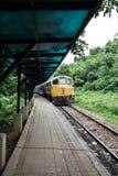 Tren en la plataforma de la estación Imagen de archivo libre de regalías