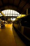 Tren en la plataforma de la estación Imágenes de archivo libres de regalías