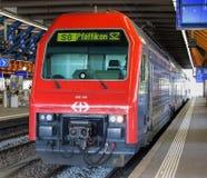 Tren en la plataforma en Winterthur Fotografía de archivo