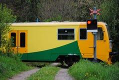 Tren en la travesía del tren Fotografía de archivo