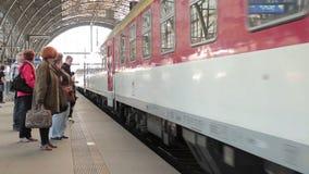 Tren en los carriles almacen de metraje de vídeo