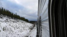 Tren en mountins nevosos Foto de archivo libre de regalías