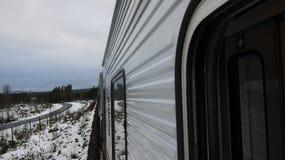 Tren en mountins nevosos Foto de archivo