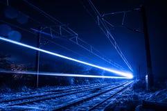 Tren en noche del invierno Fotos de archivo