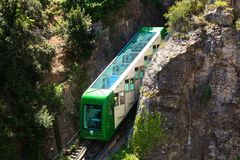 Tren en un día de verano hermoso, Cataluña, España del ferrocarril de monorrail de Montserrat Imagen de archivo