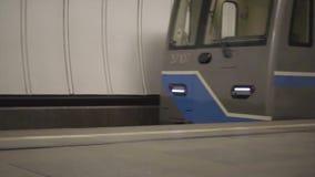 Tren en una estación de metro almacen de metraje de vídeo