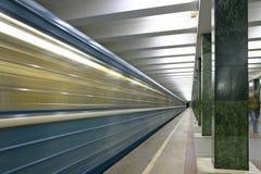 Tren. estación de metro imagenes de archivo