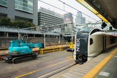 Tren expreso de Narita en la estación de Shinjuku con el backg de la torre del capullo Fotos de archivo libres de regalías