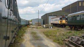 Tren fantasmagórico viejo, dejado en el taller abandonado Foto de archivo libre de regalías